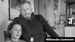 포즈를 취하고 있는 존스타인벡과 그의 부인 엘레인.