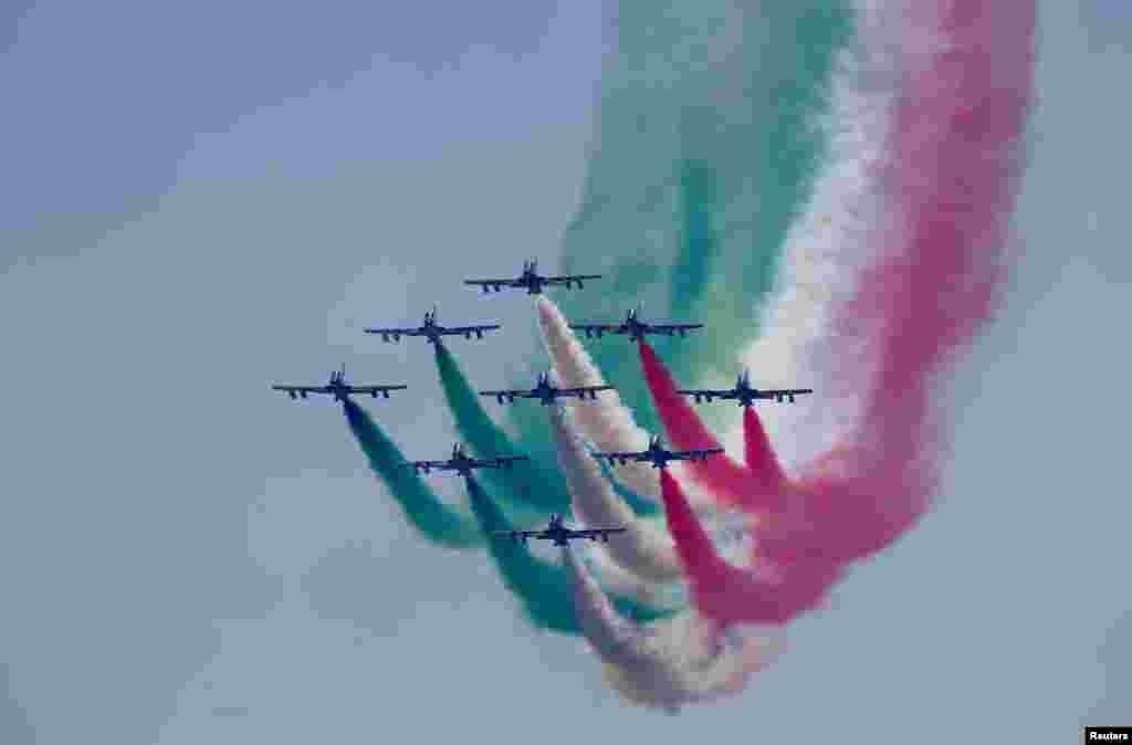 ក្រុម Frecce Tricolori សម្តែងការហោះហើរមុនពេលប្រកួត Italian Formula One Grand Prix សម្រាប់ឆ្នាំ២០១៧ នៅក្នុងក្រុង Monza ប្រទេសអ៊ីតាលី។