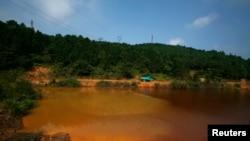 中國廣東省北部大寶山附近呈棕紅色的受污染湖泊