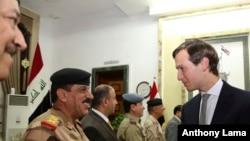 Le gendre et principal conseiller du président Donald Trump, Jared Kushner, salue des officiels à son arrivée au ministère de la Défense à Bagdad, Irak, 3 avril 2017.