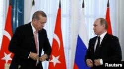 Presiden Rusia Vladimir Putin dan Presiden Turki Recep Tayyip Erdogan dalam konferensi pers di St. Petersburg, Rusia (9/8). (Reuters/Sergei Karpukhin)