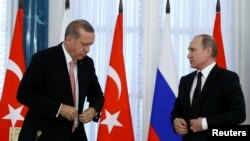 지난 9일 러시아 블라디보스토크에서 정상회담에 이어 공동회견을 진행하고 있는 레제프 타이이프 에르도안(왼쪽) 터키 대통령과 블라디미르 푸틴 러시아 대통령.