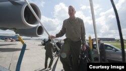 Le général Joe Dunford embarque à bord d'un avion, le 19 mai 2016. (DOD News)