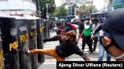 Demonstran bentrok dengan polisi saat protes terhadap UU Cipta Kerja yang kontroversial di Jakarta, 8 Oktober 2020. (Foto: REUTERS/Ajeng Dinar Ulfiana)