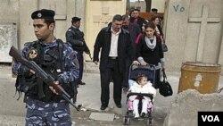 Polisi Irak melakukan penjagaan ketat di pintu masuk sebuah gereja di Baghdad, Irak, Natal tahun 2009.