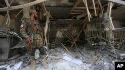아프가니스탄 보안인력이 29일 카불 도심 은행 자살폭탄 공격 현장을 경비하고 있다.