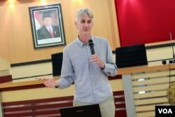 Prof. Alexander Rielly (Foto: Pusat Studi Kependudukan dn Kebijakan (PSKK) UGM)