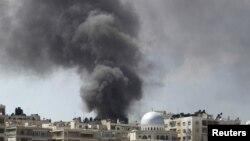 Khói bốc lên trong thành phố Aleppo sau cuộc oanh kích máy bay chiến đấu của lực lượng không quân Syria