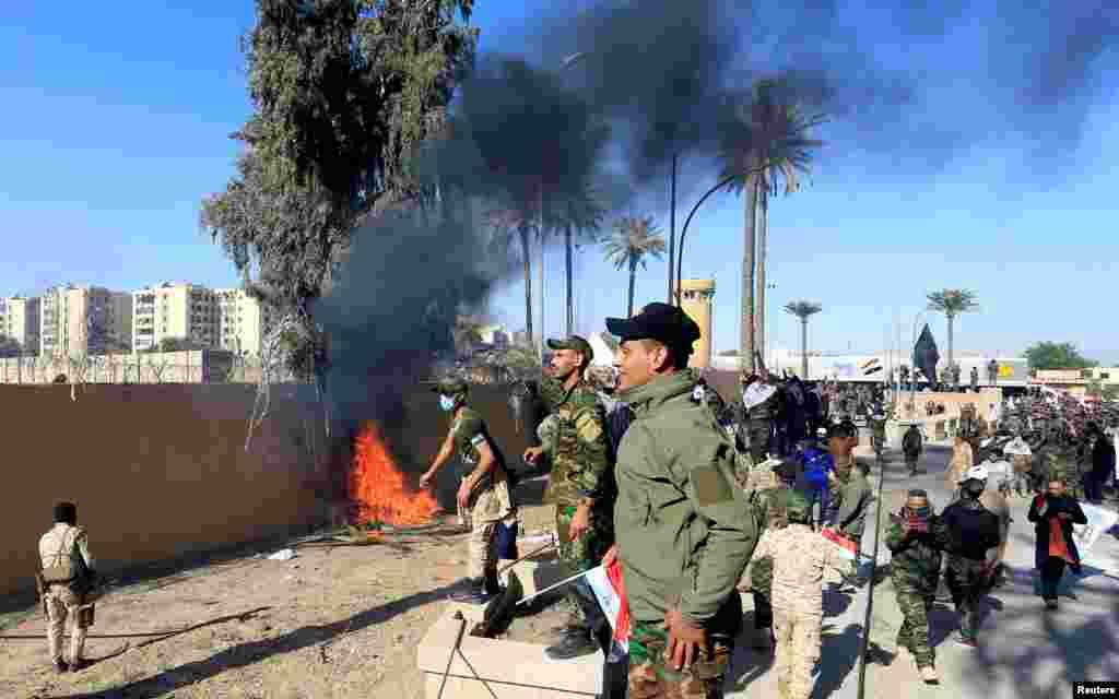 Medios emplazados en el lugar informaron que la puerta que cedió era una entrada lateral, empleada por los autos que acceden al complejo (Foto: Reuters/Thaier al-Sudani)