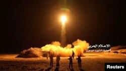 Foto yang dirilis milisi Syiah Houthi saat mereka menembakkan rudal ke Arab Saudi (foto: dok).