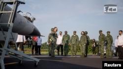 台湾总统蔡英文在屏东举行的年度汉光军演期间视察台湾空军起飞降落的演习。(2021年9月15日)