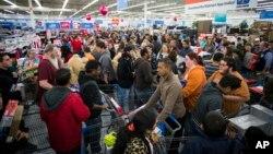 Các trung tâm mua sắm Mỹ đông nghịt người dịp Thứ Sáu Đen (ảnh tư liệu)
