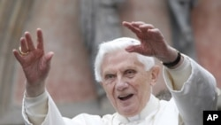 Pope Benedict XVI waves to the crowd in front of Erfurt Cathedral in Erfurt, eastern Germany, September 23, 2011.