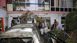 Warga Afghanistan memeriksa kerusakan rumah keluarga Ahmadi setelah serangan pesawat tak berawak AS di Kabul, Afghanistan. (Foto: AP)