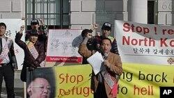 지난 3월 영국 런던의 중국대사관 앞에서 탈북자 강제송환을 규탄하는 재영 탈북자들 (자료사진).