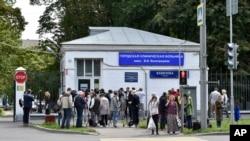 Novinari okupljeni ispred bolnice u kojoj je bio hospitalizovan Aleksej Navalni, u Moskvi, 29. jula 2019.