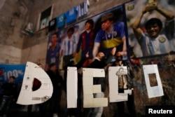 Muestras de dolor y despedida por la muerte de Diego Armando Maradona en Nápoles, Italia, el 26 de noviembre de 2020.
