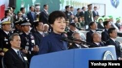 박근혜 한국 대통령이 1일 경기도 성남시 서울공항에서 열린 건군 65주년 국군의 날 기념식에서 기념사를 하고 있다.
