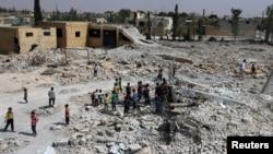 ພວກນັກຮຽນ ພາກັນຍ່າງເບິ່ງຊາກຫັກພັງ ຂອງໂຮງຮຽນ ຢູ່ ໃນ al-Saflaniyeh ເຂດນອກ ຂອງເມືອງ Aleppo ກໍ້າຕາເວັນອອກ ຂອງຊີເຣຍ ວັນທີ 17 ກັນຍາ 2017.