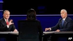 Hai ứng viên phó tổng thống Mỹ trong chiến dịch tranh cử 2016 ông Mike Pence và ông Tim Kaine đang tranh luận.