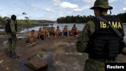 Arrestation d'orpailleurs par des agents de l'agence environnementale du Brésil sur la rivière Uraricoera lors d'une opération contre l'extraction illégale d'or sur des terres indigènes dans l'État de Roraima, Brésil, 16 avril 2016.