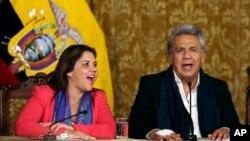 El presidente de Ecuador, Lenín Moreno, (derecha) y la vicepresidente Alejandra Vicuña, cantan al celebrar el triunfo de su propuesta en el referendo del domingo, 4 de febrero de 2018, que limita a dos los períodos presidenciales.