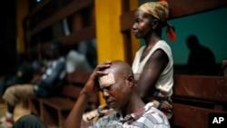 Un homme blessé au cours des affrontements entre les miliciens anti-Balaka et ex-seleka à Bangui, Centrafrique, 20 décembre 2013.