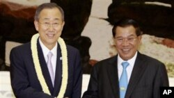 U.N. Secretary-General Ban Ki-moon, left, shakes hands with Cambodian Prime Minister Hun Sen, at the Cambodian Council of Ministers in Phnom Penh, on Wednesday.