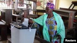 아프리카 기니에서 지난 28일 총선을 치른 가운데, 한 여성 유권자가 투표하고 있다.