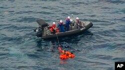 지난 7일 동해 대화퇴 어장 부근에서 일본 수산청 어업단속요원들이 침몰한 북한 어선 승무원들을 구조하고 있다.