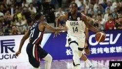 L'américain Khris Middleton (d) dribble le français Andrew Albicy lors du quart de finale de la Coupe du monde de basketball opposant les États-Unis et la France à Dongguan le 11 septembre 2019. (Photo de Ye Aung Thu / AFP)