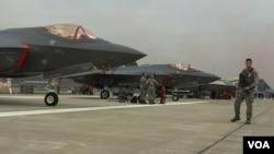 미군 주최로 17일부터 22일까지 서울공항 야외전시장에서 열리고 있는 '서울 국제 항공우주 및 방위산업 전시회 2017(서울 ADEX 2017)'에 최신 스텔스 전투기 F-35A 두 대가 전시되어 있다.