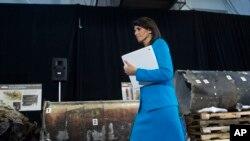 Duta Besar AS untuk PBB, Nikki Haley, berjalan melewati sisa puing roket Iran dalam konferensi pers di Pangkalan Bersama Anacostia-Bolling, 14 Desember 2017, di Washington. Haley mengatakan Iran melanggar hukum internasional dengan memasok misil untuk pemberontak Houthi di Yaman.