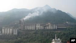 攝於2011年10月21日的這張照片顯示中國一家污染空氣的工廠