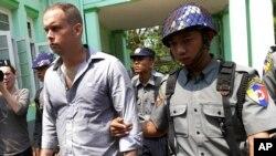 17일 미얀마 경찰이 종교모독죄 혐의로 실형을 선고받은 뉴질랜드인 필립 블랙우드 씨를 호송하고 있다.