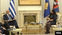 Ministar spoljnih poslova Grčke Nikos Dendijas u razgovoru sa predsednicom Kosova Vjosom Osmani, u Prištini 4. juna 2021. (Foto: VOA)