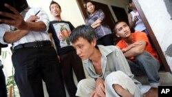 Những người đánh các Miến Điện trong trại tam giam ở Belawan, Indonesia, 5/4/13