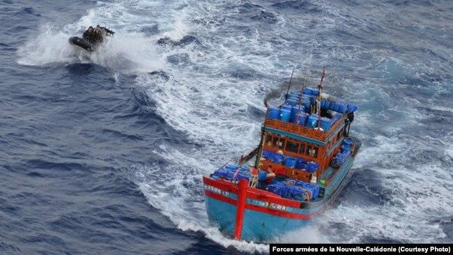 Tàu cá của ngư dân Việt Nam bị lực lượng vũ trang của New Caledonia truy đuổi trong một hoạt động chống lại hoạt động đánh bắt trái phép trong vùng biển của lãnh thổ hải ngoại thuộc Pháp ngày, ngày 8 tháng 2, 2017.