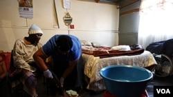 Penderita HIV/AIDS di Afrika Selatan (foto: dok). Meskipun kematian akibat AIDS berhasil diturunkan, namun keberhasilan memberantas epidemi AIDS dinilai masih jauh dari harapan.