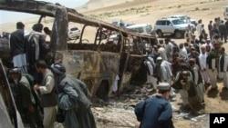Warga mengelilingi bus yang hancur pasca serangan Taliban di distrik Maiwand, jalan besar antara Kandahar dan Helmand, Afghanistan (Foto: dok). Malim Shawali, seorang anggota dewan perdamaian pemerintah dilaporkan terbunuh hari Rabu (1/5) setelah sejumlah militan menyerang mobilnya di wilayah ini.