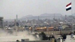 در این تصویر که از تلویزیون گرفته شده است، هلی کوپترهای ارتش یمن در حال انتقال سفرای آمریکا و شمار دیگری کشور ها از سفارت محاصره شده امارات متحده عربی در صنعا هستند