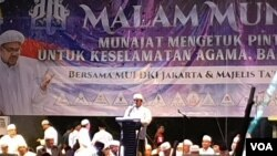 "Acara Munajat ""212"" di Monas Jakarta pada hari Kamis (21/2) malam. (Foto: VOA/Ahmad Bhagaskoro)"