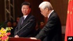 Chủ tịch Trung Quốc Tập Cận Bình nhìn ông Nguyễn Phú Trọng phát biểu trong chuyến thăm Việt Nam năm 2015.