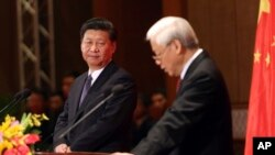 Chủ tịch Trung Quốc Tập Cận Bình (trái) và Tổng bí thư Nguyễn Phú Trọng trong cuộc gặp với giới trẻ tại Hà Nội ngày 6/11/2015.