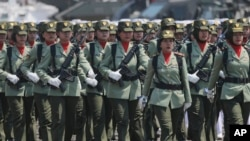Para perempuan anggota TNI ikut memeriahkan parade peringatan HUT TNI di Jakarta (foto: dok).