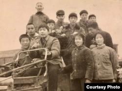 1970年代,鲁难在河南省正阳县原种场(和尚寨)务农。驾驶拖拉机者为鲁难 (鲁难提供图片)