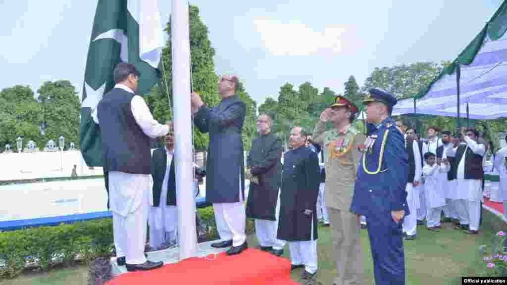 بھارتی دارالحکومت میں پاکستانی ہائی کمشنر اپنا قومی پرچم لہرا رہے ہیں۔