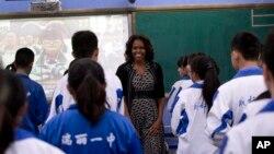 Ibu Negara Amerika Michelle Obama bertemu dengan para siswa kelas bahasa Inggris di SMA Chengdu No.7 di provinsi Sichuan, China (25/3).