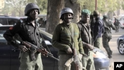 Des policiers nigérians montant la garde à Kano, Nigéria, après un attentat de Boko Haram (22 jan. 2012)
