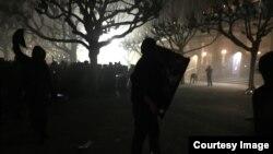 Người bên ngoài vào trường gây bạo động. (Ảnh: Bùi Văn Phú)